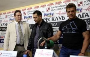 Стефан-Василев-треньор-вдясно-и-Борислав-Костов-председател-на-федерацията-в-средата